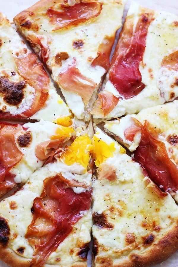 Croque Madame Pizza - A classic French sandwich turned into the ultimate cheesy pizza!1