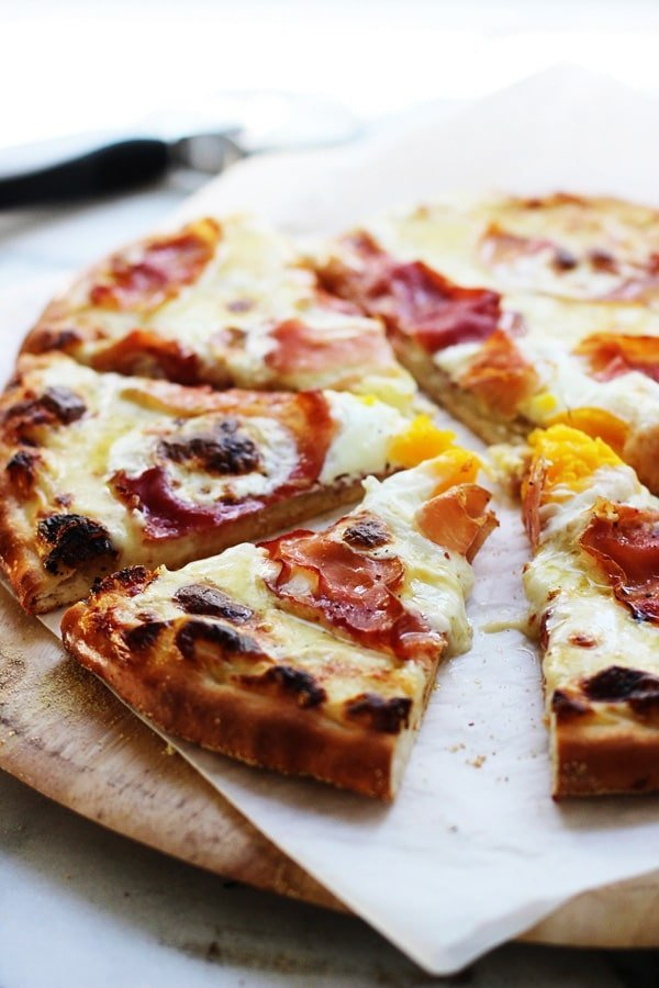 Croque Madame Pizza - A classic French sandwich turned into the ultimate cheesy pizza!