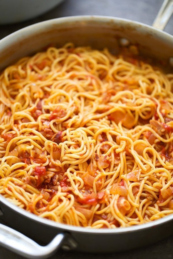 Spaghetti with fresh tomatoes, bacon, onion and garlic